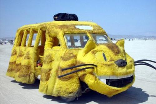 一个个创意的猫咪外形车,着实可爱,眼睛圆溜溜的,非常萌,绝对的人见人