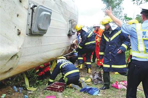 校车事故:用生命敲响校车安全警钟 - 热点关注
