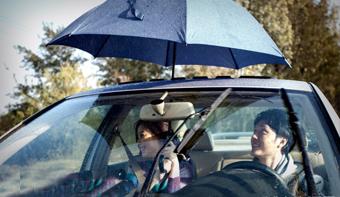 雨天过后,我们的汽车也要做好合理的保养了,尤其是天窗。既然我们在买车时选择了天窗这一配置,就要好好的关注养护问题,否则,它一罢工,外面下大雨,车里下小雨 ,悲剧了!那么就跟小i一起来学习下天窗的保养吧!