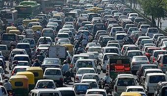 """""""不到非常拥堵的时候,广州市不会实行限外(禁止非本市籍载客汽车通行)。""""7月28日,广州市市长陈建华在新闻发布会上强调,广州目前处于轻度拥堵状态,""""在交通建设方面,限是放在最后的,第一位是建设""""。"""