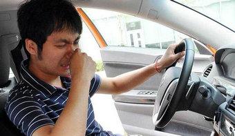 车内有汽油味的情况有不少车友都跟第一车网小i(微信号:dycwesc)反映过,尤其冬天开窗通风的机会少,遇到这种问题的更多一些。而如果真的是因为汽车自身的部件出现破裂而漏油,那后果就真的很严重喽!所以说弄清异味来源的几种情况很重要。